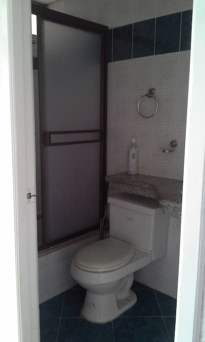 Baño completo (lavamanos, inodoro, ducha).