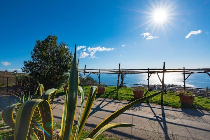 Vista sul golfo di salerno in nel cuore della Costiera Amalfitana