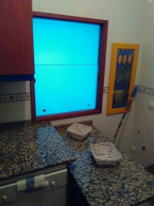 cocina equipada con lavadora labavajillas horno microondas nevera