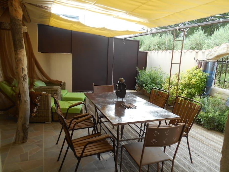 Terrasse privée avec stores vélums réglables, brumisateurs, sofa double  et moustiquaire et plantes aromatiques