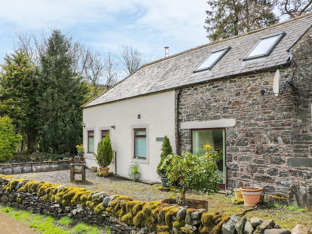 WAULKMILL, pet friendly, with open fire in Langholm, Ref 955953
