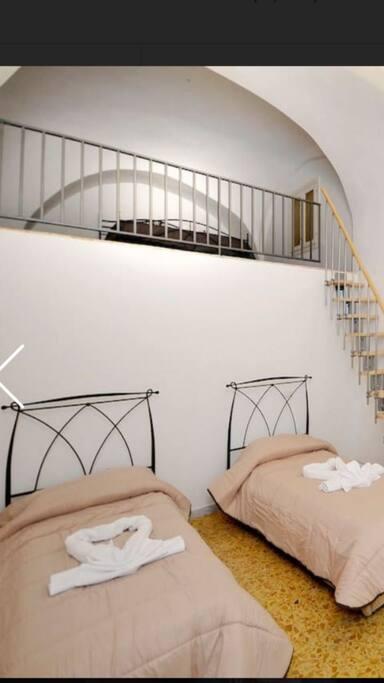 Camera Riccardo  quadrupla con bagno in camera con letto matrimoniale sul soppalco e due letti singoli con contenitore eventualmente unificabili