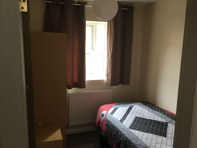 Close to Town, Uni and Hospital! Great location!
