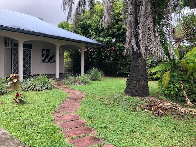 Jolie maison avec piscine et jardin arboré