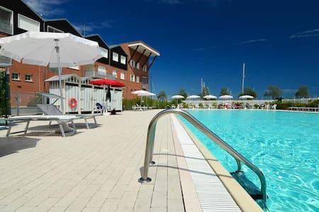 Elegant 2bdr apt w/shared pool - Wohnung