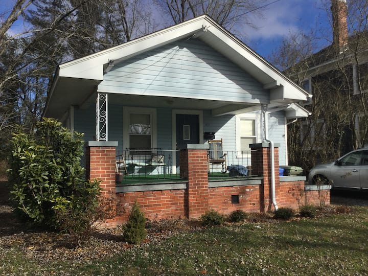 Downtown Hendersonville charming cottage