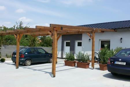 PRAHA -Nehvizdy, Útulné ubytování v bungalovu
