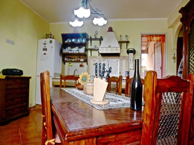 Living Room/ Kitchen: fully equipped kitchen, dining table , Smart TV.  Salotto/Cucina: cucina completa,  tavolo da pranzo, Smart TV.