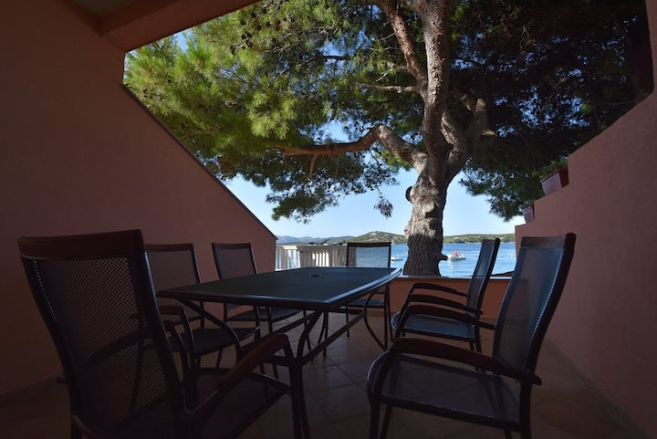 Two bedroom seafront apartment in Betina, Murter