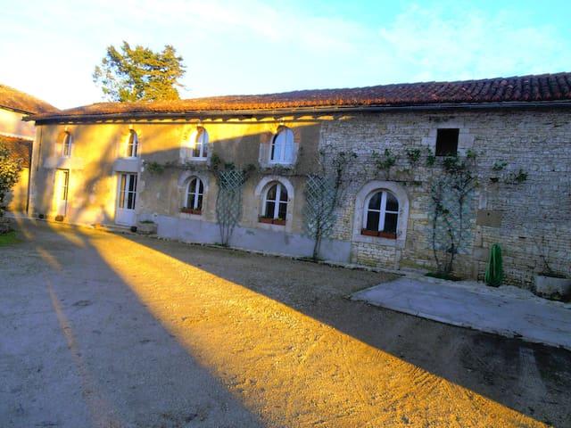 Chambre familiale + sdb + wc privés - Champagne-Mouton - Talo