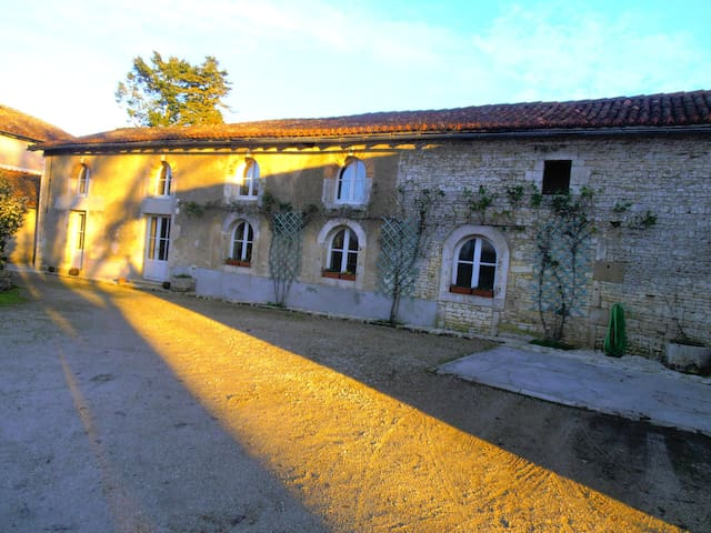 Chambre familiale + sdb + wc privés - Champagne-Mouton - Casa