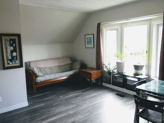 New Upstairs Guest Suite w/ Netflix & Near Subway