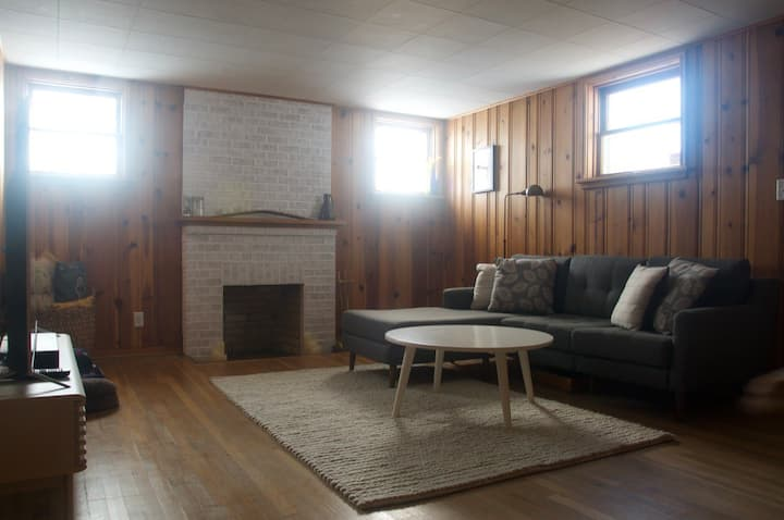 Private 1 bedroom apartment near downtown