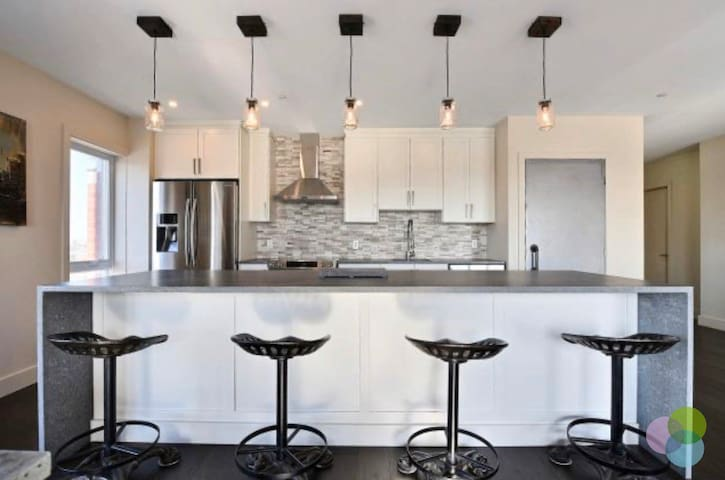 Luxurious Condo Downtown Laval, walk to Place Bell