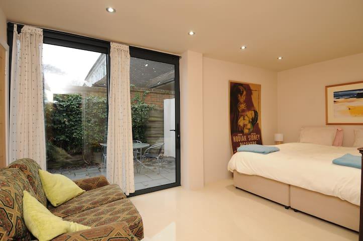 Modern twin room private patio  Woodham nr Woking - Addlestone