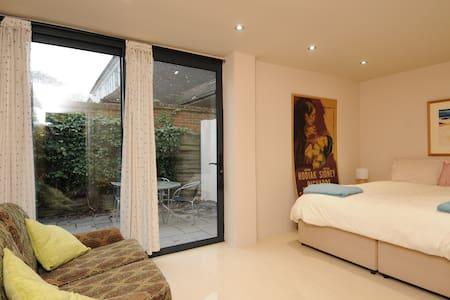 Modern twin room private patio  Woodham nr Woking - Addlestone - Huis