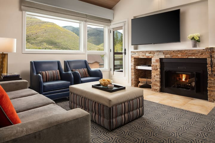 Enjoy this cozy living-room after a long day of skiing. It offers comfortable furniture, nice Tv and a beautiful fireplace.