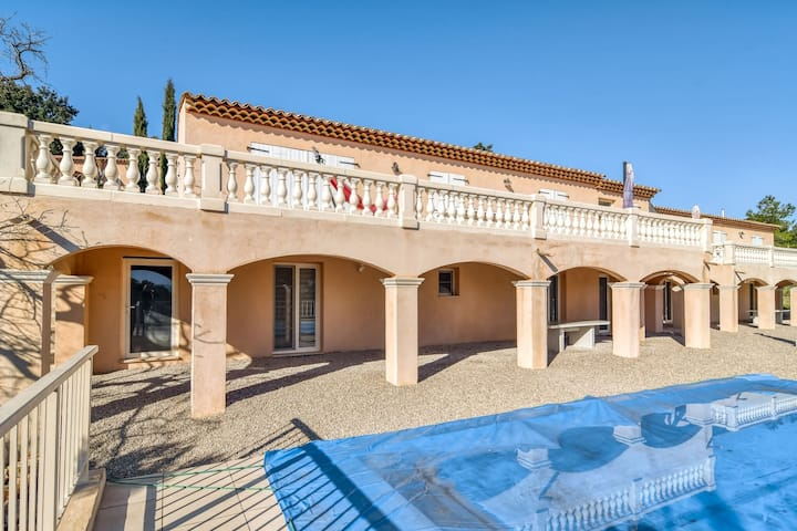 Plush Villa in Le Cannet-des-Maures with Private Pool