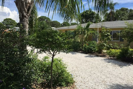 Peaceful Garden Oasis Near  Siesta Key Beach