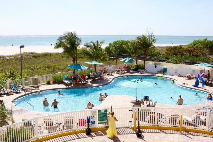 GULF VIEW, 2BR/2BA APARTMENT, RIGHT ON BEACH, POOL
