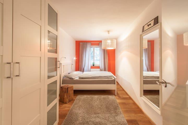 Schlafzimmer geräumig und modern eingerichtet
