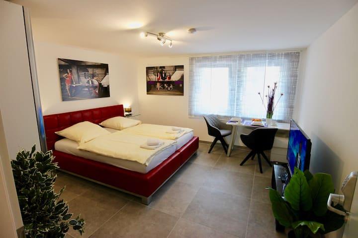Zimmer mit Whirlpool, Terrasse, Klimaanlage uvm.