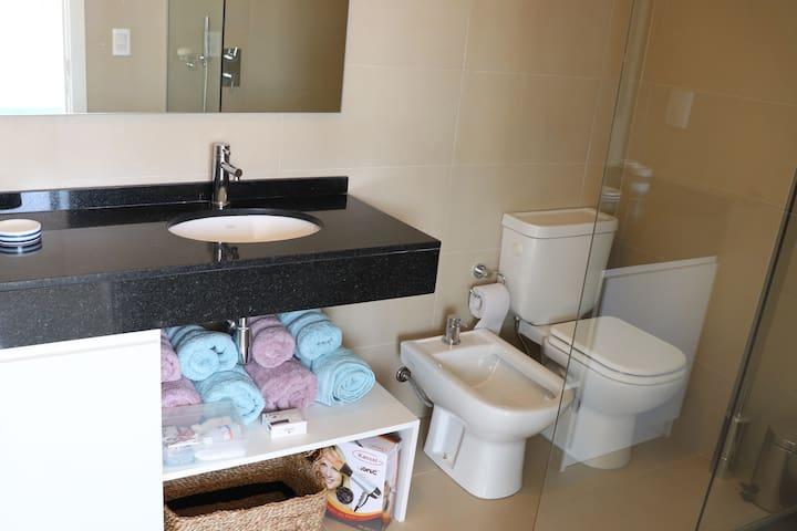 Baño, toallas, secador de pelo
