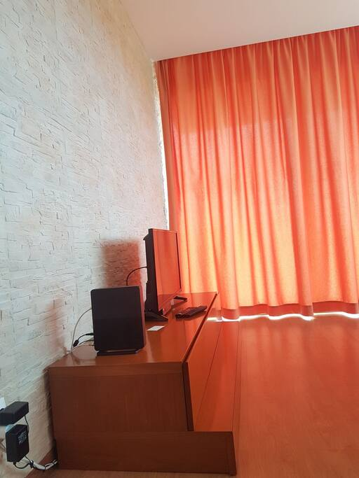 Sala de estar com Tv e Router Wireless. Living Room with TV and Wireless Router