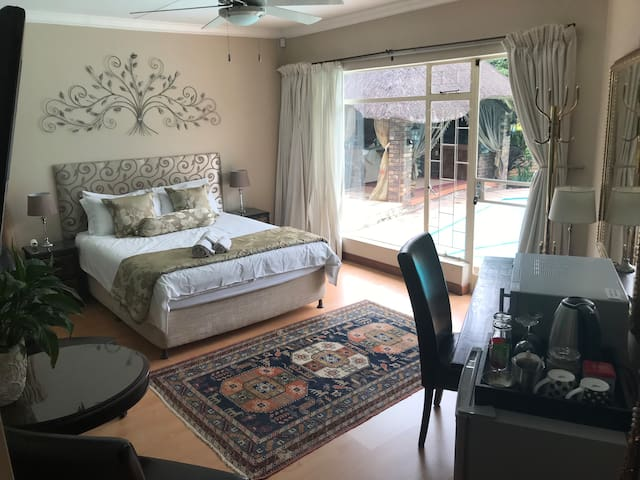 Cozy Room Faerie Glen WIFI, DSTV near Menlyn Maine