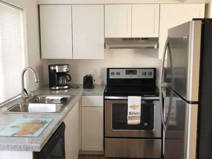 Charming 1 Bedroom Condo, 3 miles from the Strip!