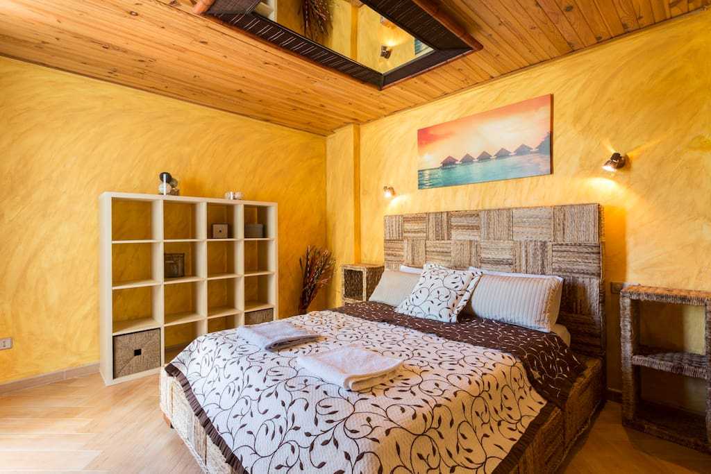 Master bedroom with double bed and walk-in wardrobe, with entrance door and door to balcony. / Dormitorio principal con cama de matrimonio y armario vestidor, puerta al balcón.