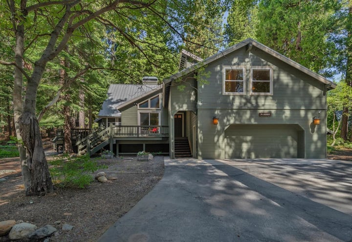 Pet Friendly Listing! HOT TUB! Walk/bike to Tahoe City- Minutes from Squaw