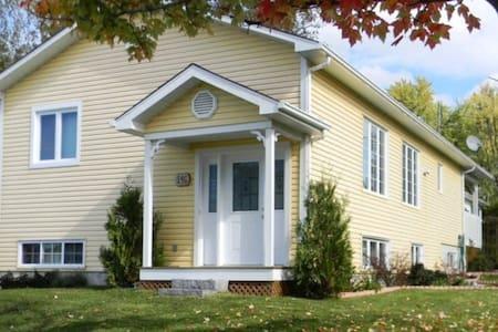 Grande chambre tranquille dans une belle maison - Huis