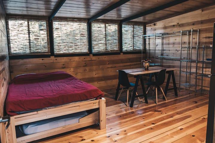 Persianas ajustables. Mueble tubular para colgar y acomodar pertenencias.