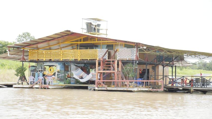 BALSA EL YAWI  Dormir sobre el Río Amazonas