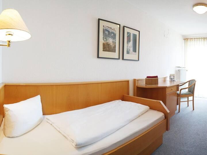 Kurhotel Schatzberger (Bad Füssing), Einzelzimmer Kat. E (20qm) mit Balkon und Fernseher