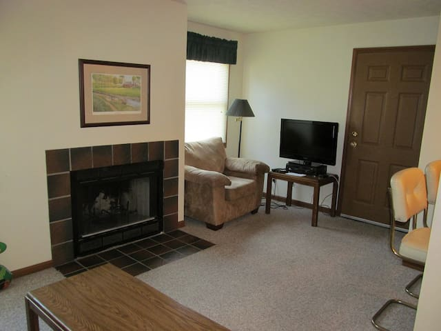 Condo at the Unv. of Notre Dame, Football weekends, short and long term stays welcome (A2)