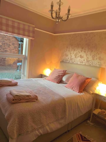 Room in leafy Ballyhackamore, private parking