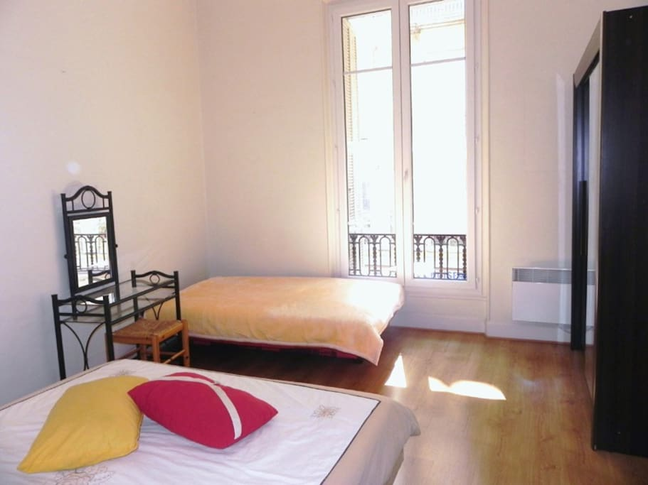 Grande chambre centre 2 min plage climatis appartements for Chambre a louer nice
