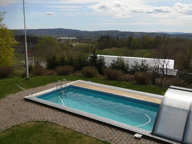 Ferie hus med nydelig utsikt og svømmebasseng