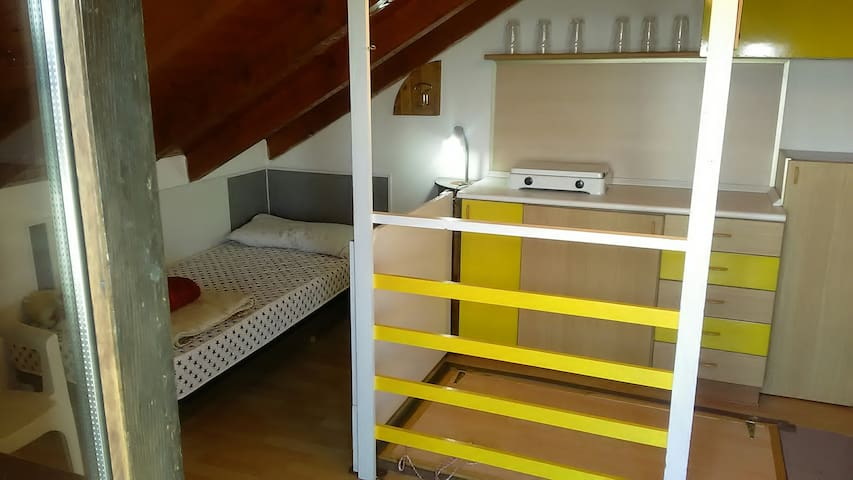 sottotetto con due posti letto e accesso al terrazzo