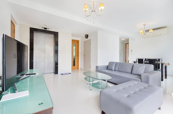 Luxury 2 bed 2 bath apartment with private lift!