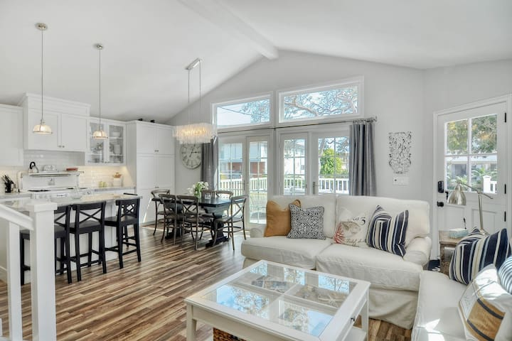 Remodeled cottage w/hot tub, outdoor living area, wrap-around deck