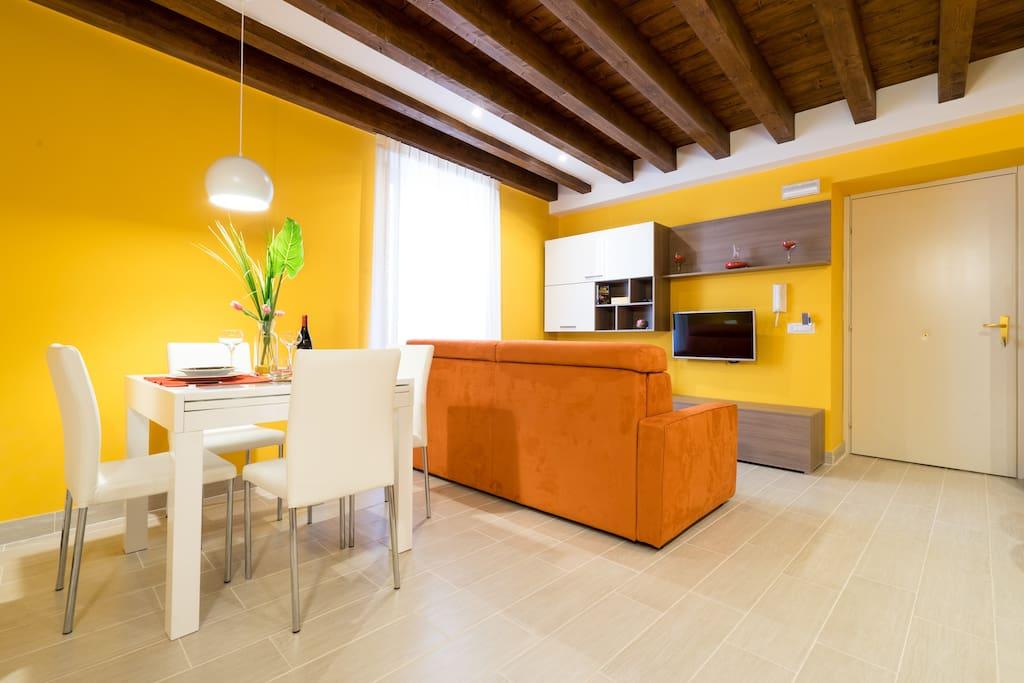 Luminosa sala pranzo-soggiorno Bright living/dining-room