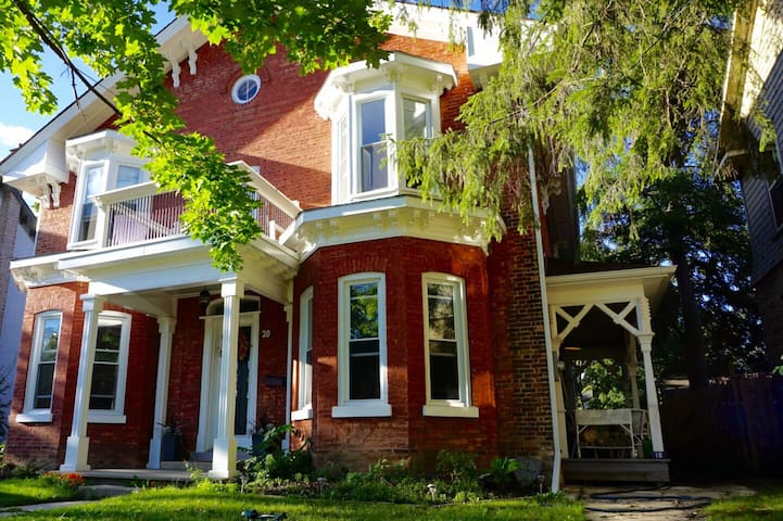 Bright, Spacious 1850's Character Home - Brant - Huis