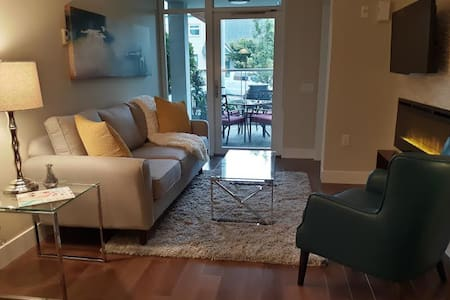 Modern Upscale 1BR Condo in Central Lonsdale - North Vancouver - Condominio