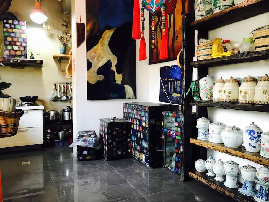 厨房的冰柜、消毒柜、抽油烟机甚至垃圾桶都是纯手绘。柜子上的罐罐有赵丽华老师作品,有她收藏的手绘古瓷。