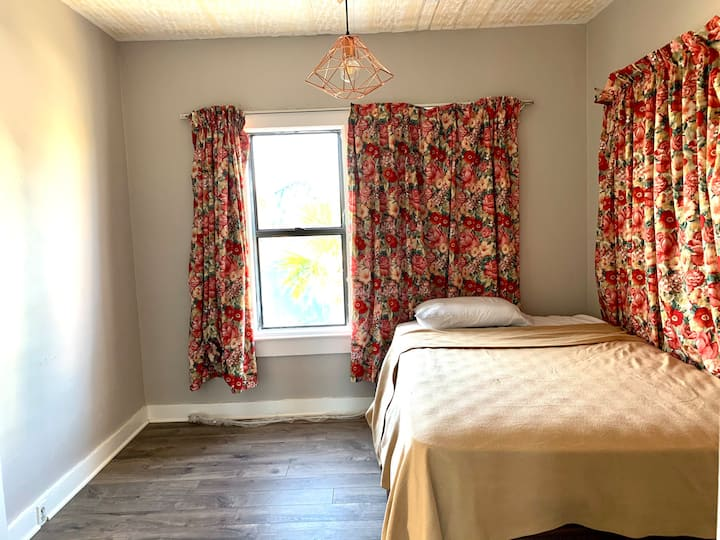 2bedrooms 2mins walk to the beach, at downtown