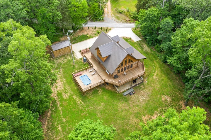 1.4 acre wooded cypress log home on Barkley Lake