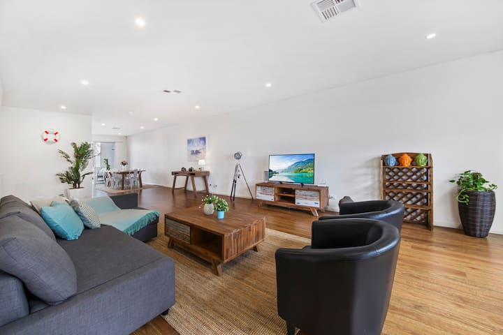 Beach Front House Close to  Sydney Airport U2
